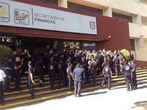 Protestan bomberos frente a la Secretaría de Finanzas