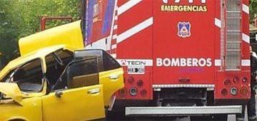 Choque entre Bomberos y un auto en las vías del Metrotranvía