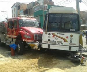 Un muerto y 14 heridos por choque de máquina de Bomberos en Ciudad Bolívar