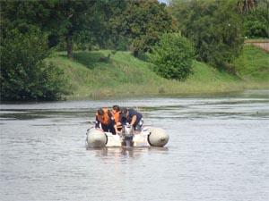 Una embarcación de Bomberos se dio vuelta y tuvo que ser rescatada