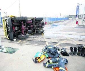 Vuelca un camión de Bomberos cuando se dirigía a sofocar un incendio