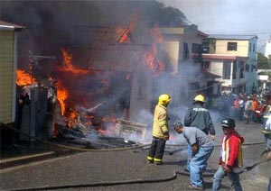 Incendio Consume Vivienda y Causa Daños en otras dos