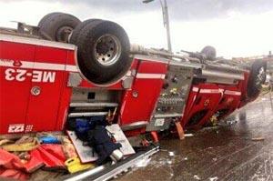 Dos lesionados leves por volcamiento de máquina de Bomberos en Engativá
