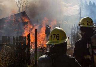 Tres casas de madera, dos galpones destruidos y un bombero con una herida leve