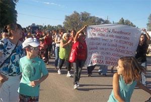Un centenar de vecinos se solidarizó con los bomberos en Catriel
