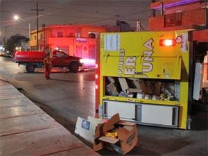 Vuelca camión de frituras tras chocar contra unidad de bomberos