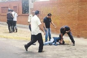 Jefe de Bomberos agrede a periodista de Globovisión Carlos Suniaga