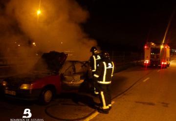 Un bombero resulta herido al sofocar un incendio en una casa en Mieres
