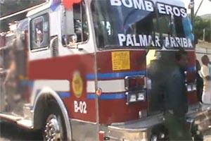 José Reyes dona camión de bomberos a Villa González