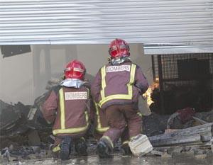 Heridos dos bomberos en la extinción de un incendio en una nave de Badalona