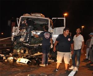 Camionero pierde la vida tras chocar contra el camión cisterna de Bomberos