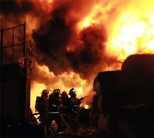 Dos bomberos heridos en incendio de recicladora