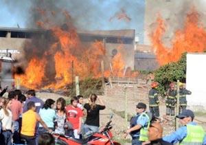 Devastador incendio dejó herido al jefe de Bomberos