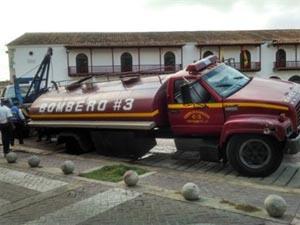 Carro tanque del Cuerpo de Bomberos de Cartagena se atasca en canal