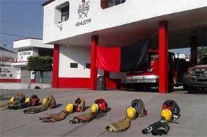 Bomberos de Texmelucan protestan por despido de compañeros