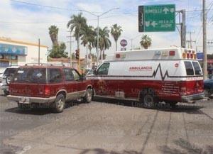 Choca ambulancia de Bomberos contra camioneta en Los Mochis