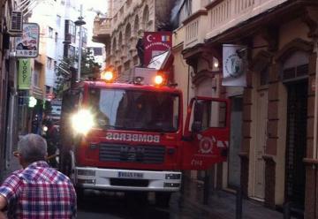 Dos bomberos Heridos en Tenerife al caer un falso techo cuando extinguían fuego