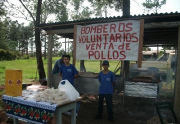Bomberos: Venden pollos para recaudar dinero para el combustible