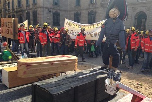 Unos 600 bomberos se manifiestan ante la Generalitat