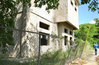 Haitianos ocupan la estación de bomberos en construcción de Santiago