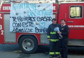 En carrobomba llegó un bombero a pedirle matrimonio a su novia en Loncoche