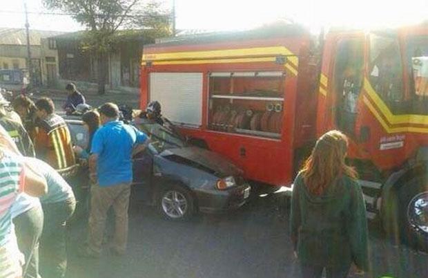 Cinco lesionados dejó el choque entre un auto y un carro de Bomberos