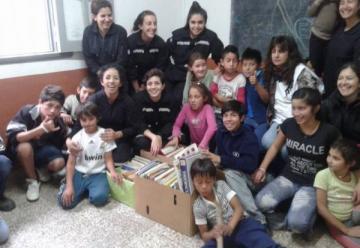 Mujeres bomberos solidarias con una escuela