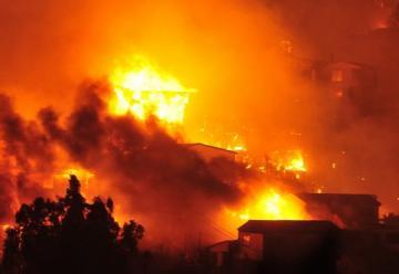 Incendio en Valparaíso: llamas consumen casas y hectáreas