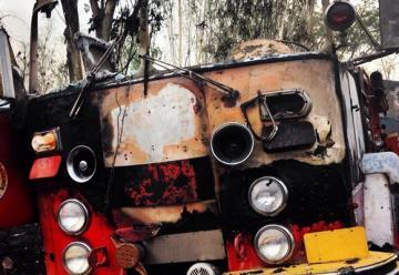 Unidad es alcanzada por las llamas en incendio forestal