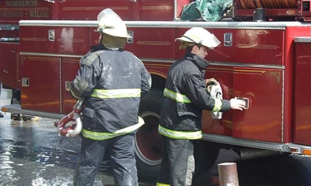 Controlan incendio de grandes dimensiones en una maderera de Lanús
