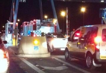 Mujer se baja de auto para pagar peaje a Bomberos
