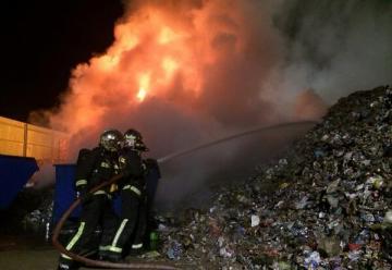 Incendio en deposito de materiales para reciclar