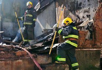 Dos bomberos electrocutados y dos viviendas siniestradas dejó incendio en Valdivia