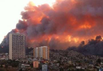 Alerta roja por gravísimo incendio en Valparaíso