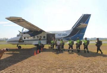 Veinte bomberos se gradúan de paracaidistas