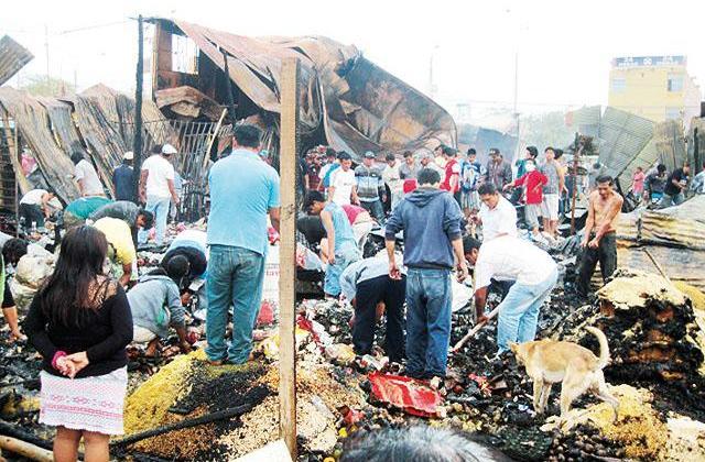 Incendio arrasa con más de 20 puestos en mercado Santa Rosa de Paita