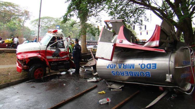 Espectacular colisión entre una camioneta y un móvil de bombero: 5 heridos