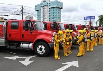 Entrega de 13 camiones al cuerpo de bomberos de Santo Domingo