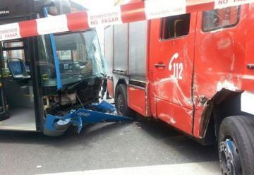 Accidente entre un camión de bomberos y un autobús