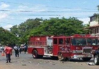 Automóvil impacta a un camión de bomberos