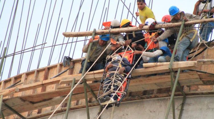 Bomberos rescatan a obrero que cayó a un reservorio en Sullana