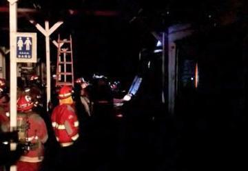Incendio en mercado artesanal de Pueblo Libre dejó dos bomberos heridos