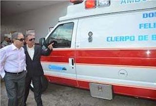 Empresario Félix Cabrera dona ambulancia y uniformes a bomberos de Salcedo