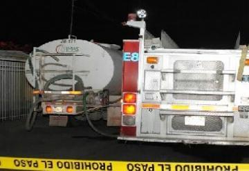 Cuatro bomberos lesionados en incendio de auto y tanque de gas