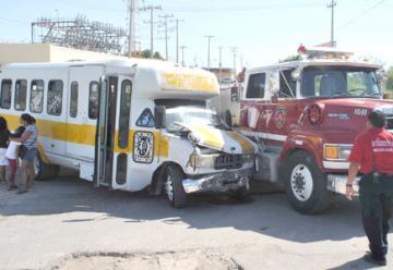 Choca unidad de bombero y un bus