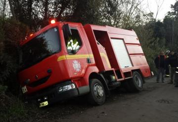 Carro de bomberos casi cayó a una banquina mientras se trasladaba a un falso llamado de incendio