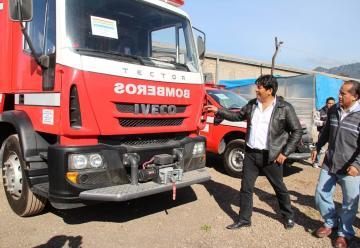 Rengifo presenta carros de bomberos e inspecciona construcción de estación