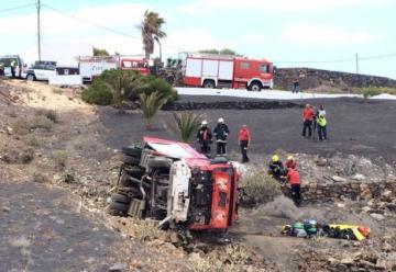Un camión de bomberos vuelca tras chocar contra un coche cerca de Mácher