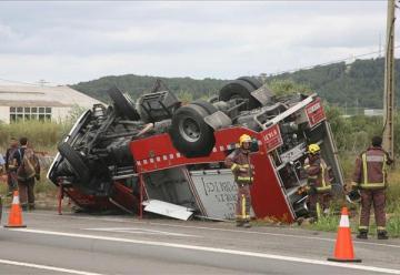 Cuatro bomberos heridos, al volcar su camión en El Vendrell