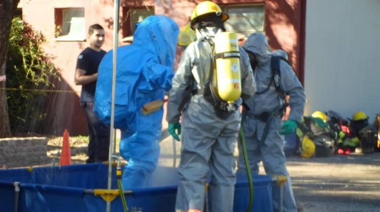 Bomberos Voluntarios en una práctica de materiales peligrosos